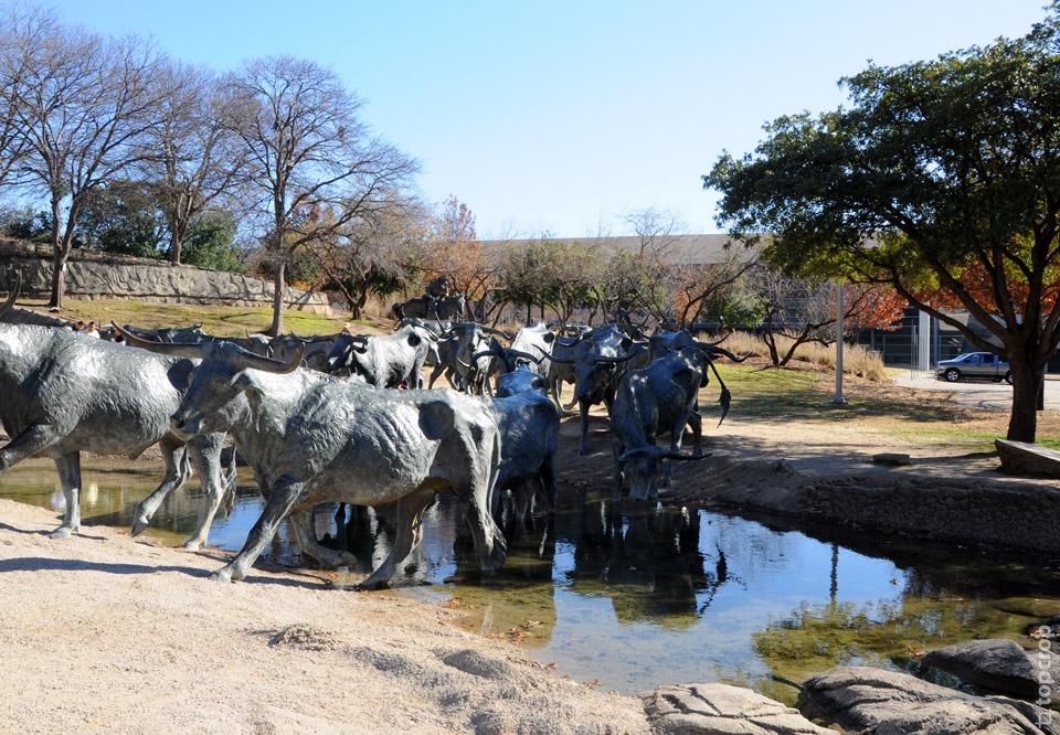 """Скульптура из бронзы """"Быки идут на водопой"""", Даллас"""