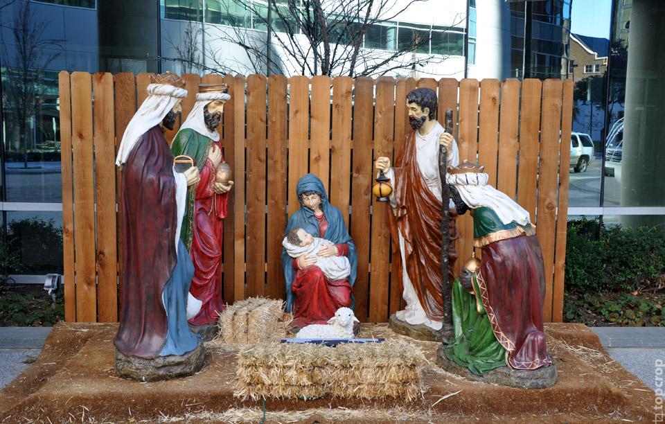 Инсталляция на Рождественскую тему около Baptist First в Далласе