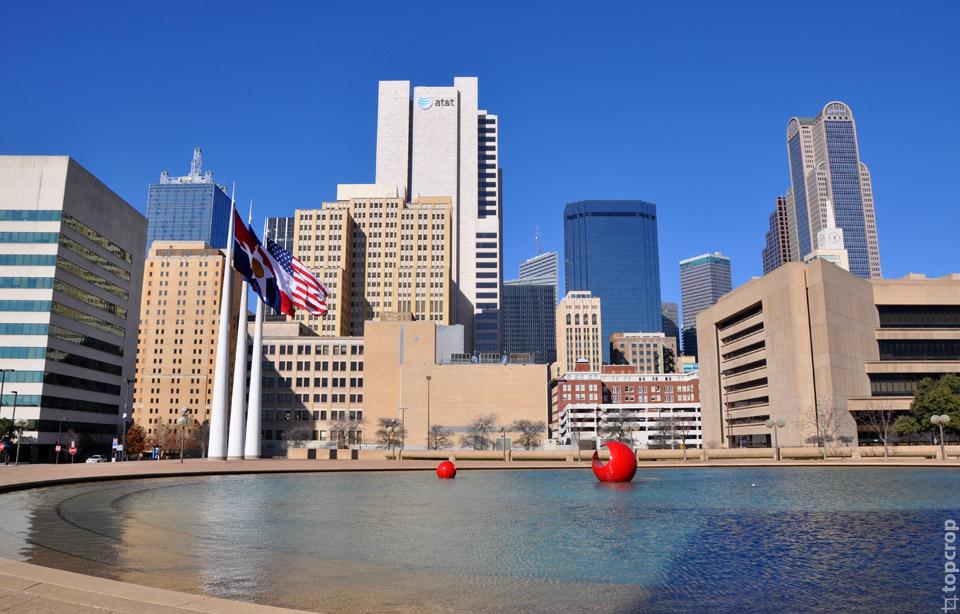 Вид на площадь около City Hall в Далласе, Техас