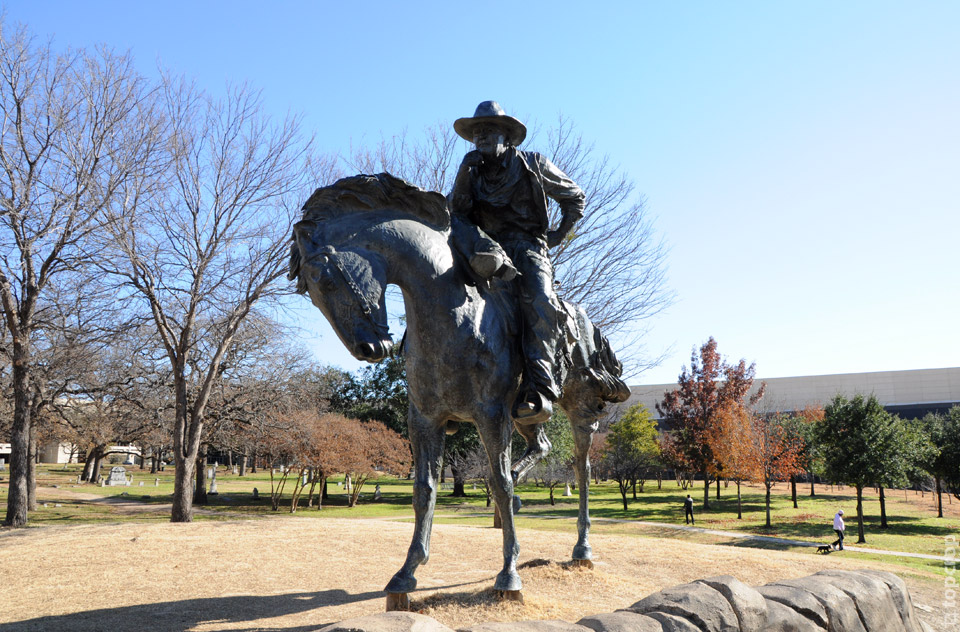 Бронзовый всадник на Pioneer Plaza в Далласе