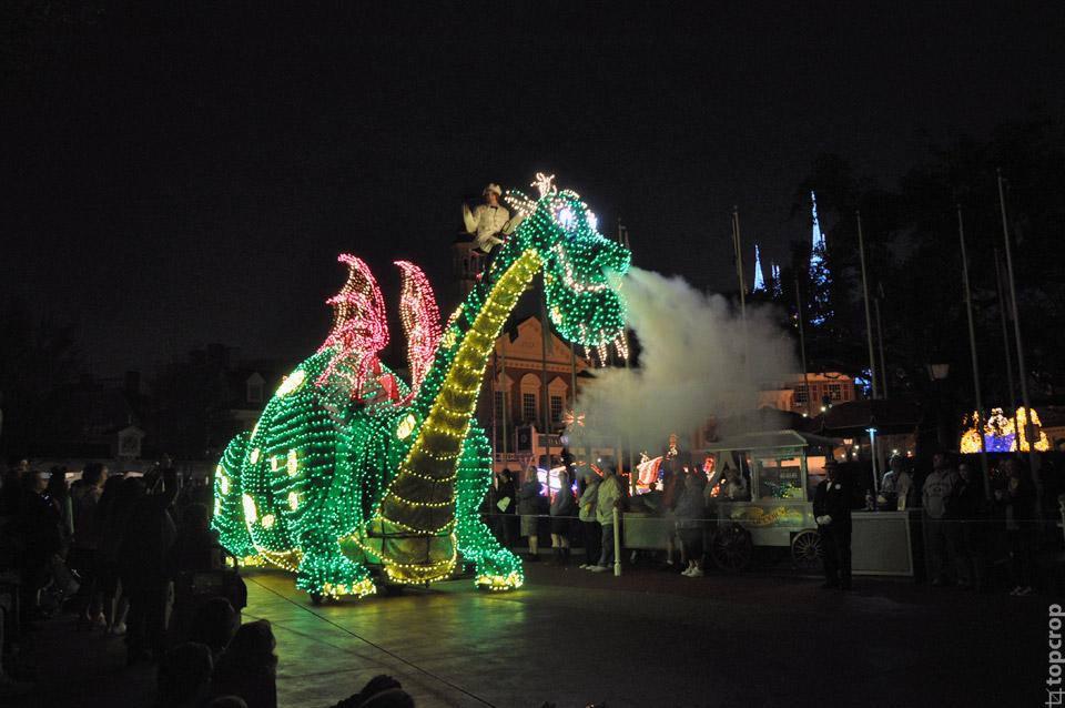 Огнедышащий дракон на сказочном параде в Magic Kingdom
