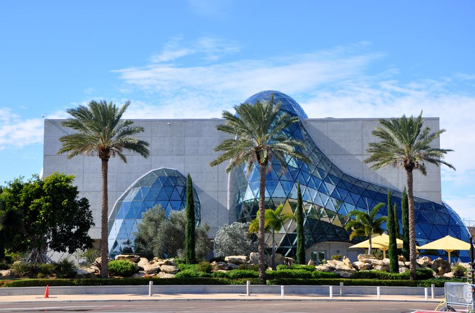 Футуристическое здание музея Сальвадора Дали во Флориде