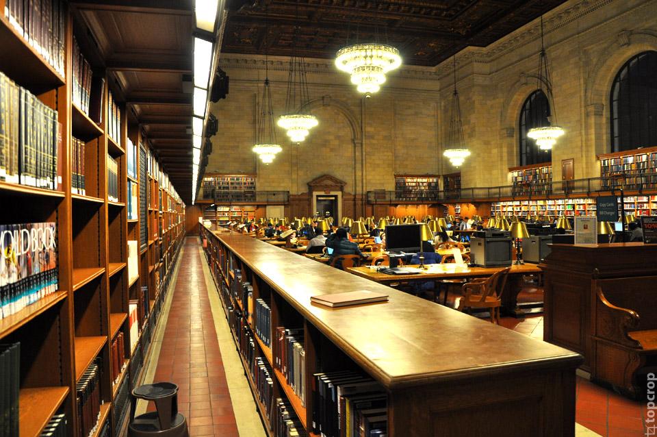 Читальный зал в нью-йоркской библиотеке