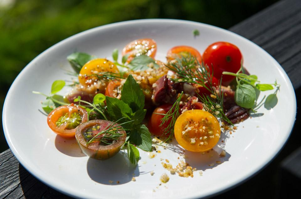 Салат из помидоров с зеленью