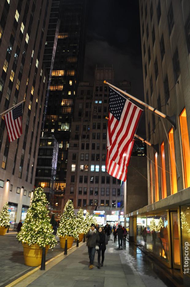 Американские флаги около Рокфеллеровского центра