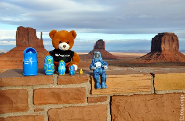 Матрешки Intel lookinside, Bunny Man и медвежонок TopCrop на фоне Долины Монументов.