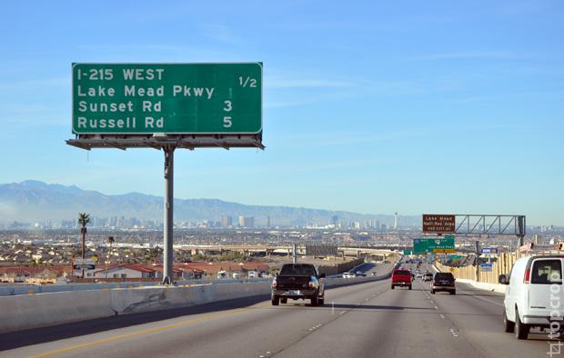 Вид на Лас-Вегас: у подножья гор виднеются высокие здания главной улицы города Las Vegas Strip