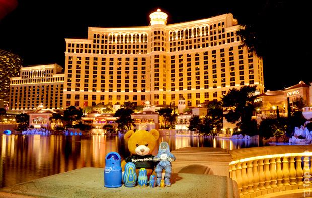 Медвежонок TopCrop.ru, матрешки Intel lookinside и Bunny Man напротив знаменитого отеля Bellagio