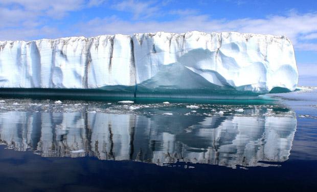Тающая льдина в Гренландии