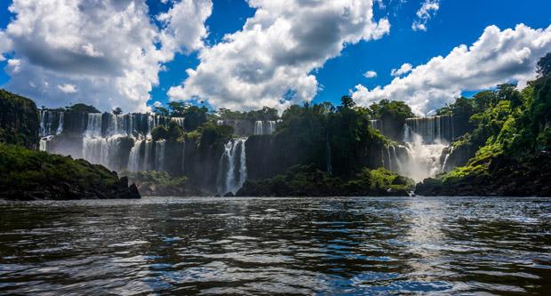 Водопад Игуасу на границе Аргентины и Бразилии