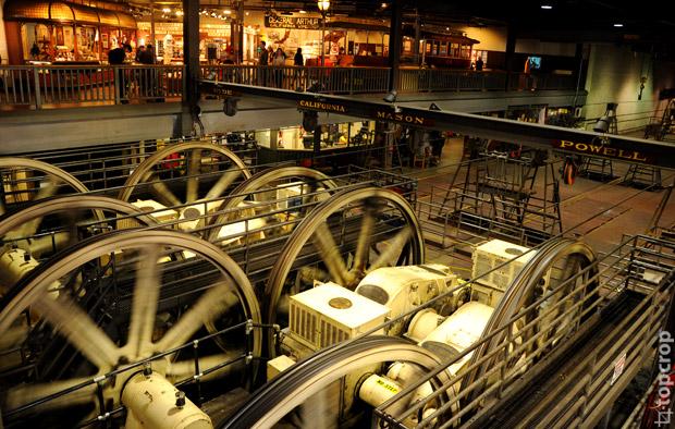 Музей Cable Car находится в центре пересечения нескольких трамвайных линий на Mason Street. Здесь располагается электроподстанция, которая крутит трамвайные тросы для всего города.