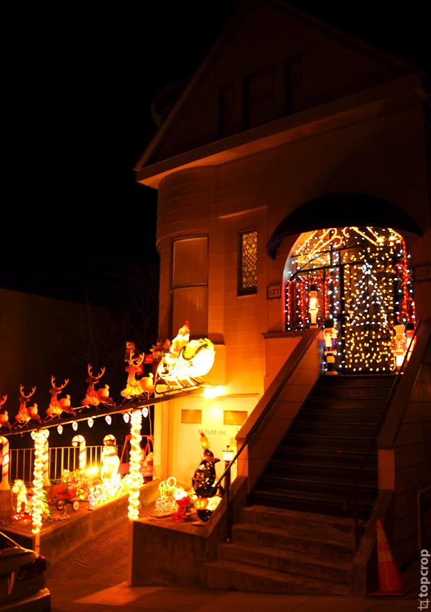 Украшенный к Рождеству дом в Сан-Франциско