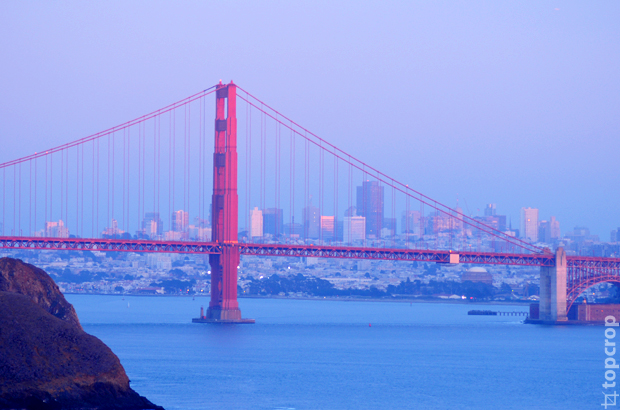 Мост Golden Gate на закате - вид со стороны Bonita Point Lighthouse