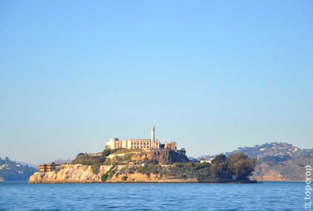 Остров Алькатрас (Alcatraz), на котором расположен музей одноименной тюрьмы. Известный гангстер Аль Капоне попал сюда в 1934 году и находился в заключении 7 лет.