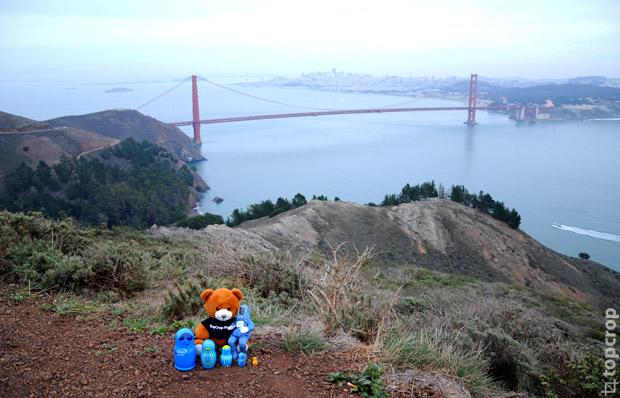Команда экспедиции: мишка TopCrop Media, Bunny Man и матрешки Intel lookinside на фоне пролива Золотые Ворота