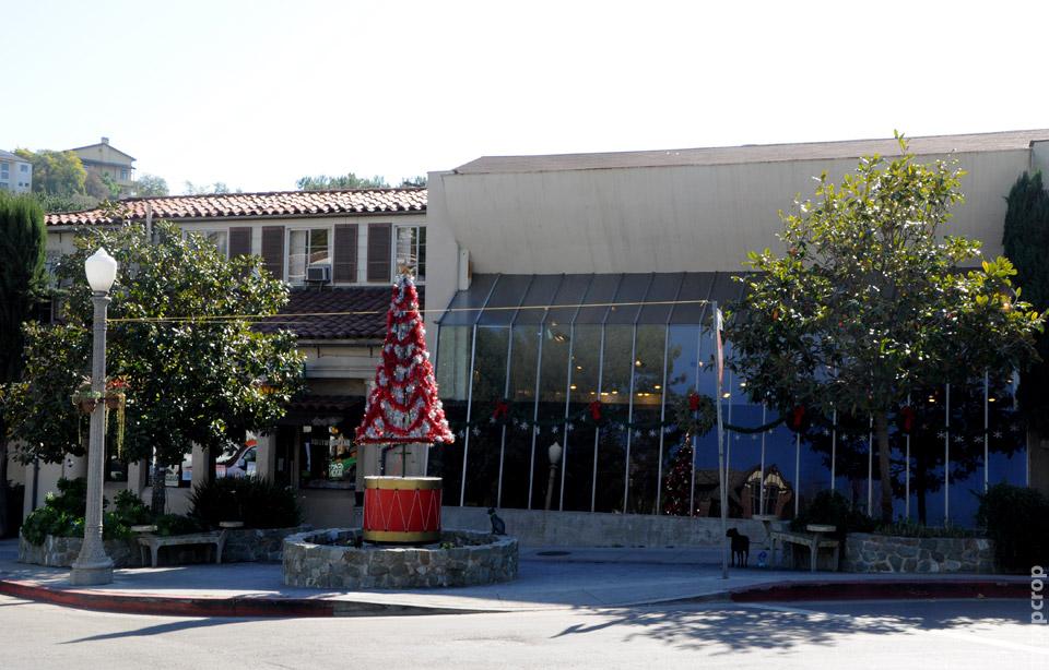 Новогодняя ель на улочках Голливуда