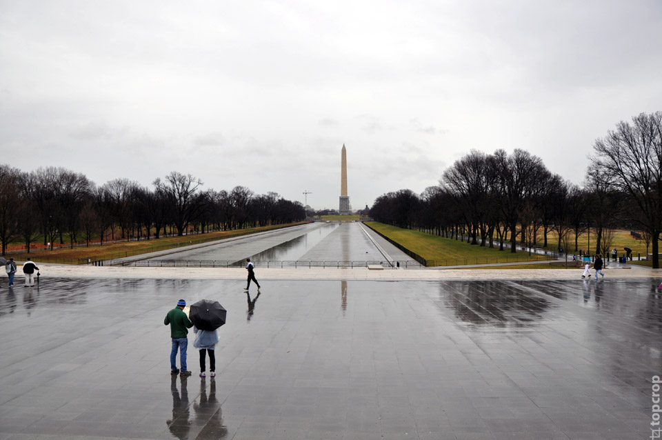 Вид на Монумент Вашингтона со стороны Мемориала Линкольна