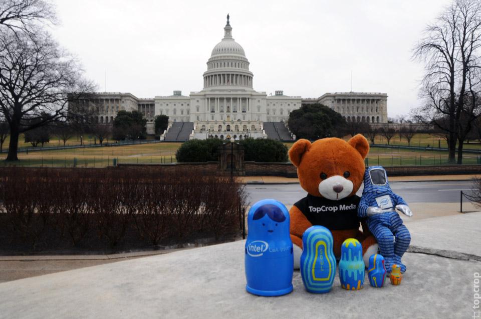 Команда экспедиции на фоне Капитолия