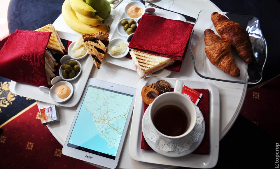 Завтрак в Scena Imperiale VII; изучаем окрестности с помощью приложения Maps with me, установленном на планшете с процессором Intel