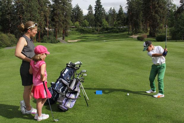 Дети учатся играть в гольф