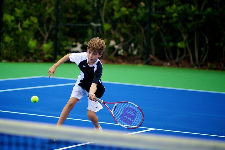 Ребенок играет в большой теннис
