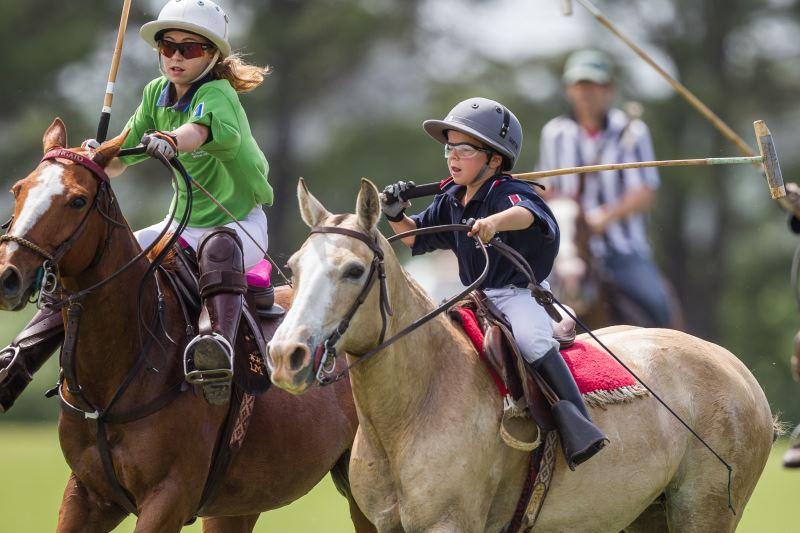 Дети играют в конное поло