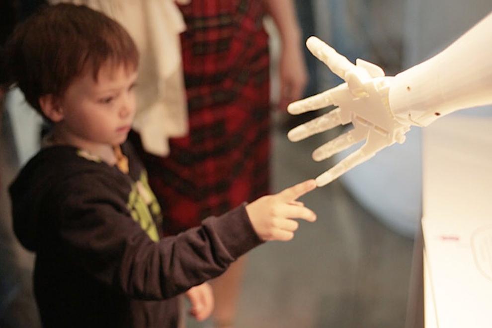 Ребенок и робот