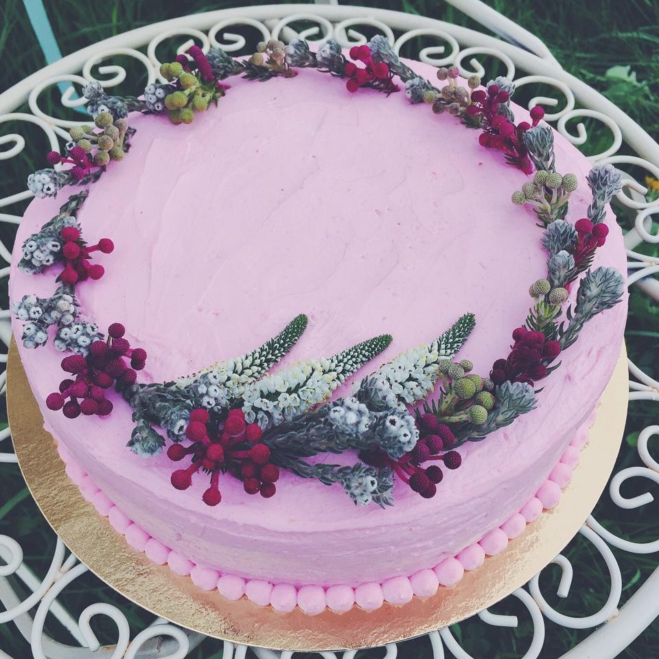 Бисквитный торт с ягодно-йогуртовой начинкой