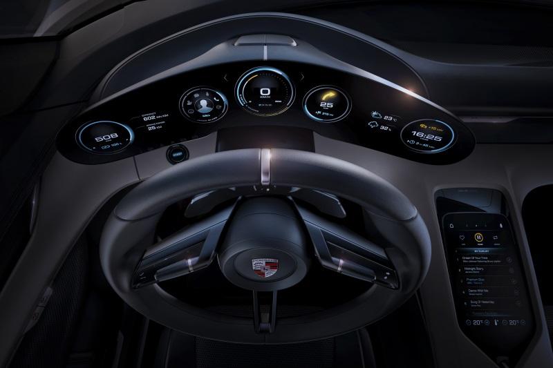 Панель управления Porsche Mission E