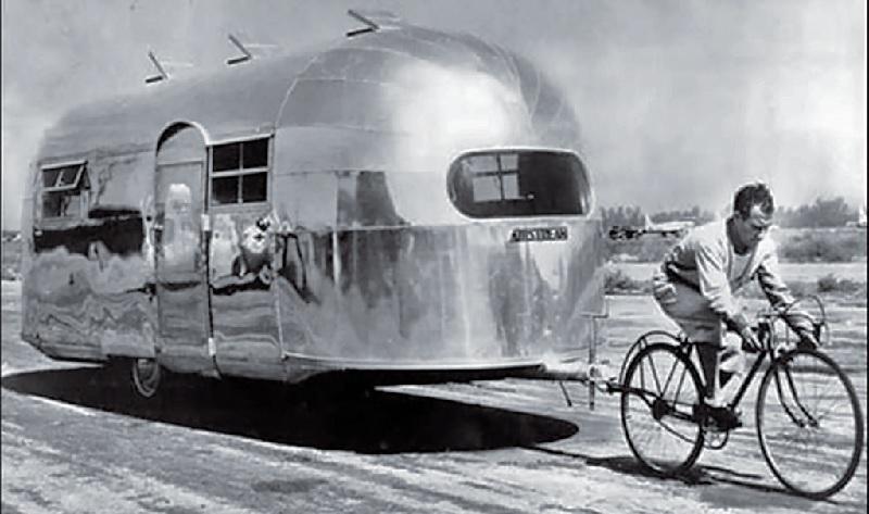 """Реклама прицепа """"Airstream"""" с велосипедистом"""