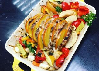 Свиная шейка, запеченная с хурмой и овощами