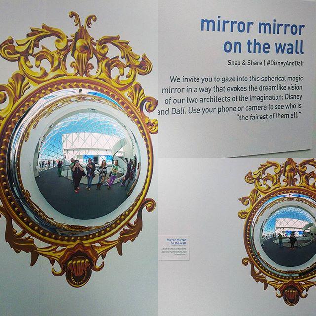 Выставочное пространство заполнено экспонатами, аккумулирующими реальность и вымысел.