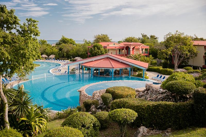 Бассейн и собственный пляж отеля в пригороде Ольгина.