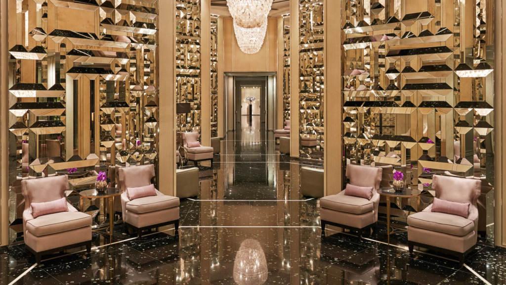 Роскошный интерьер Гранд холла отеля.