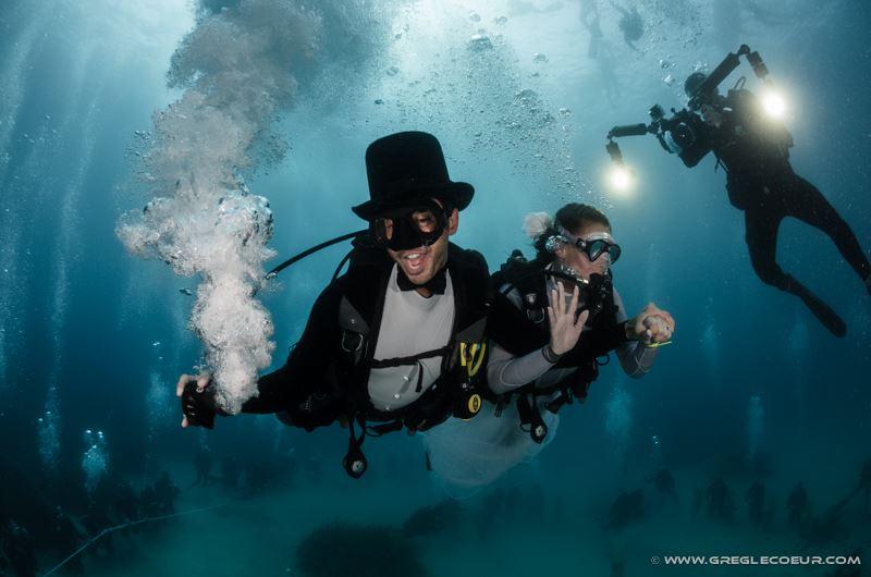 гости на свадьбе под водой