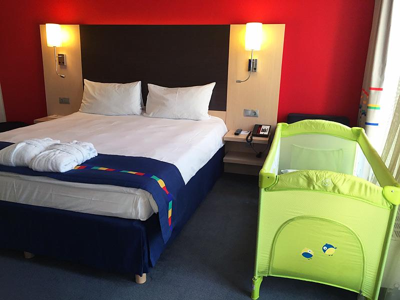 Детская кроватка в отеле
