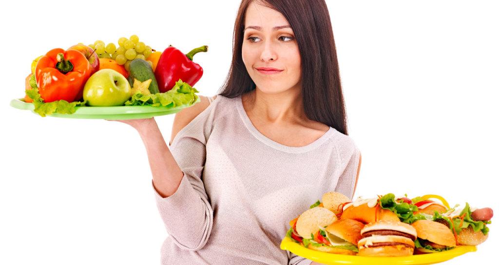 Девушка выбирает здоровую еду , а не фастфуд
