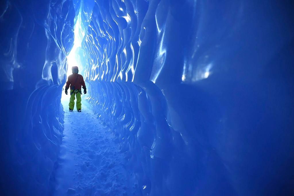 Исследование ледовых пещер как вид отдыха.