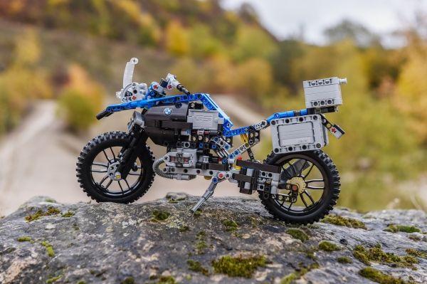 Первый в истории LEGO Technic, выпущенный при поддержке мотоциклетного производителя.