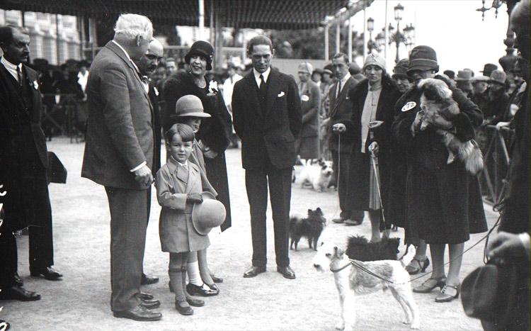 На открытии выставки в 1927 году.