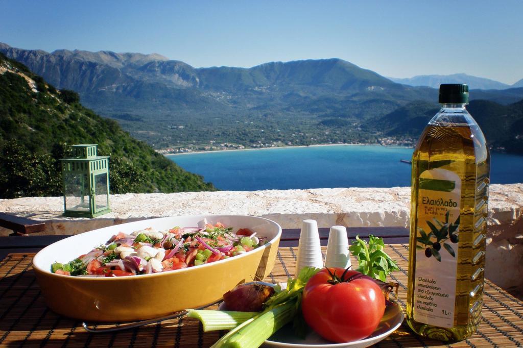 Основа греческой кухни: свежие овощи и оливковое масло.