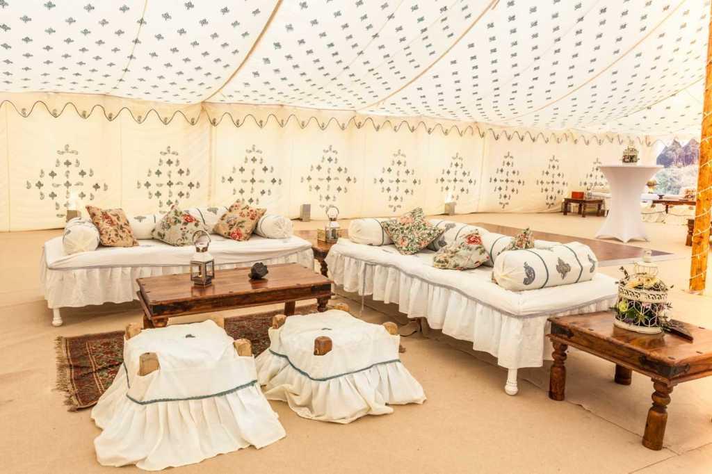 Пуфы и диваны в шатре