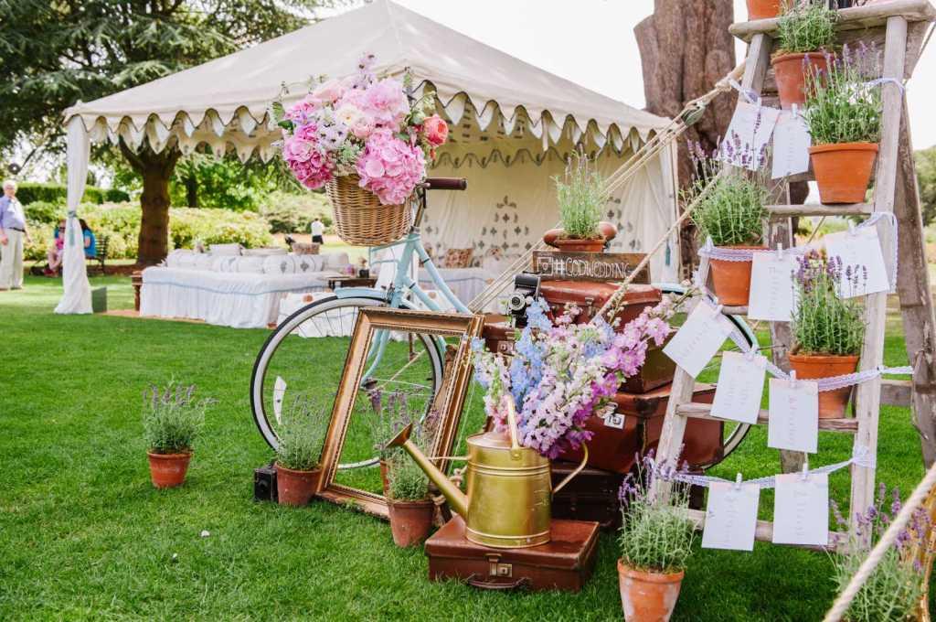 Велосипед и цветы для декора