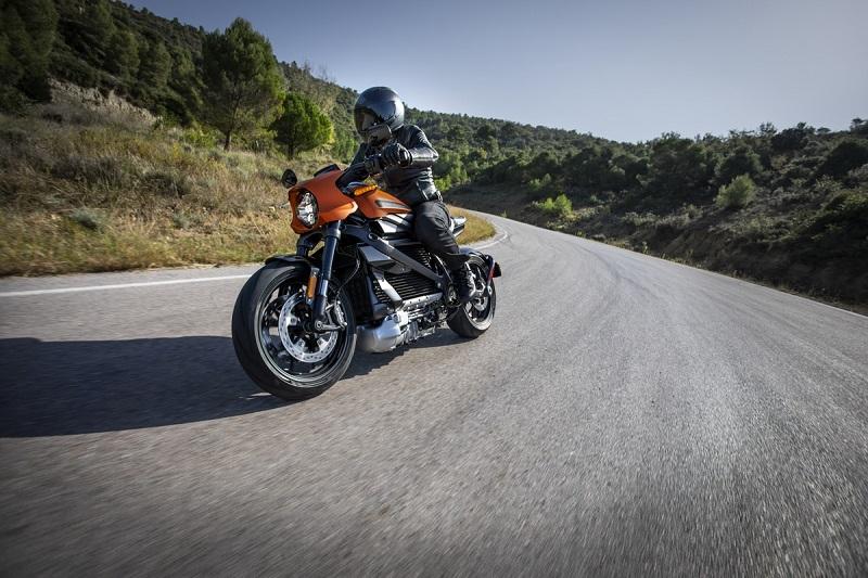 райдер за рулем электрического мотоцикла