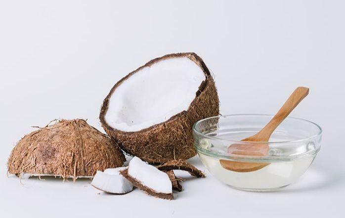 Скраб на основе кокосового масла и меда быстро восстанавливает нежную структуру кожи губ, избавляет от трещинок и увлажняет